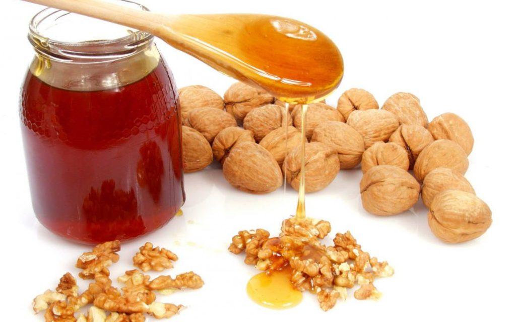 Мёд равным образом орехи